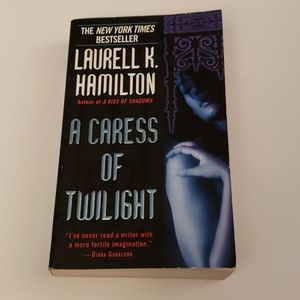 📚 5/$20 Laurell K. Hamilton, A Caress of Twilight